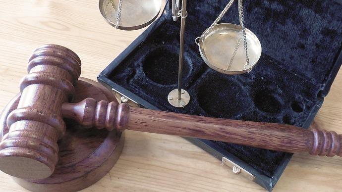 Online-Recht: Waage und Hammer